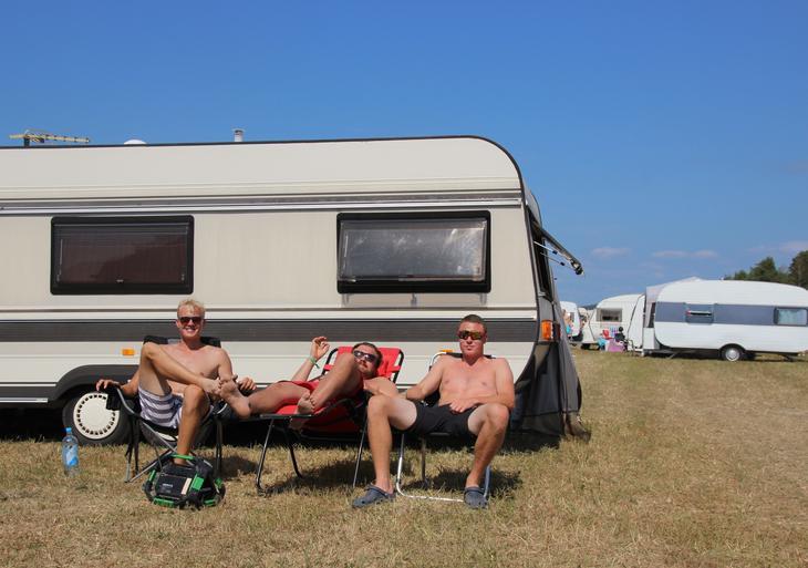 Tre glade gutter, og noen på frierferd. Foto Emma Gerritsen