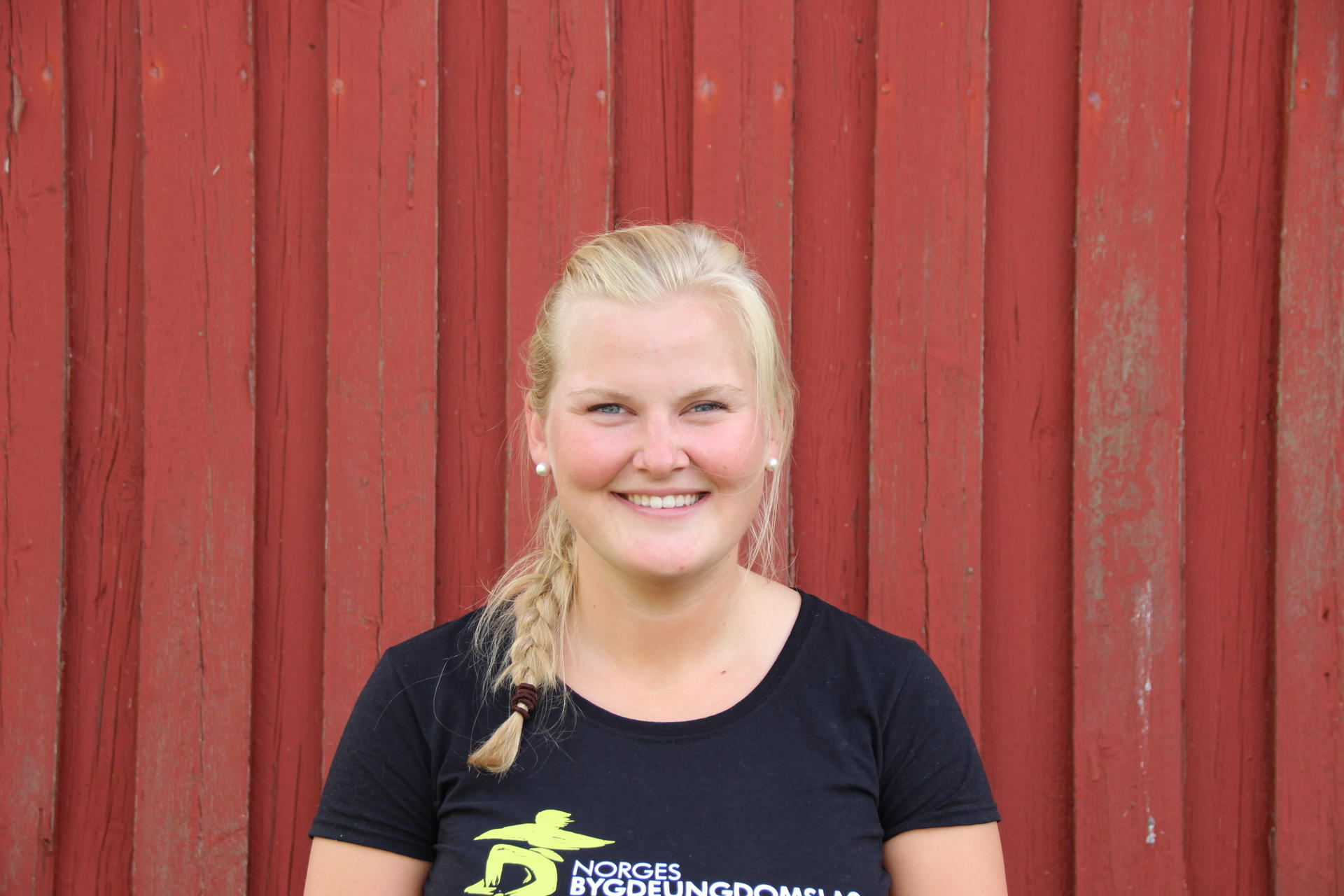 Thea Thujord er styremedlem i Norges Bygdeungdomslag. Hun vil ha høyhastighetsnett i hele landet, ikke bare i byene slik regjeringen legger opp til. Foto: Emma Gerritsen
