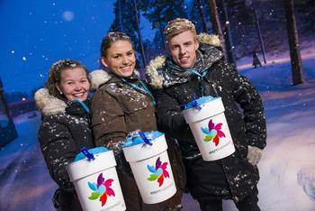 Tre ungdommer med bøsse ute en vinterdag. Illustrasjonsfoto: Kreftforeningen.