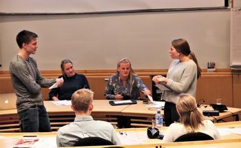 Politiske spirer øver seg på å debattere på Vårkurs. Foto Ellen Hoff Jørgensen/NBU