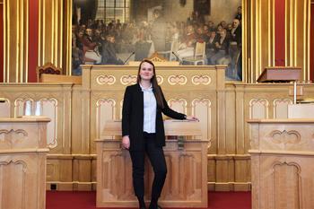 Marit Knudsdatter Strand sitter på Stortinget for Senterpartiet. Hun mener at det er veldig viktig at unge bruker stemmeretten sin. Foto: Emma Gerritsen