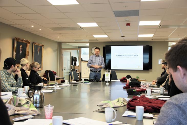 Lars Petter Bartnes, styreleder i Norges Bondelag forteller om den norske landbruksmodellen. Foto: Emma Gerritsen