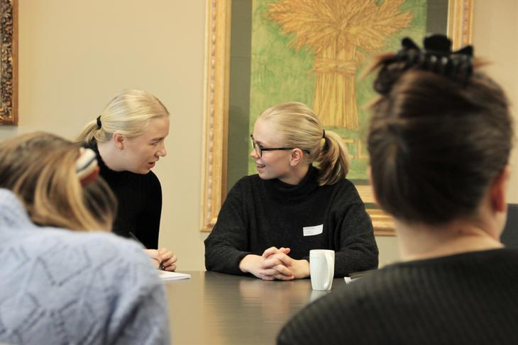 Elisabeth fra Grønn Ungdom og Guro fra Sosialistisk Ungdom diskuterer. Foto: Emma Gerritsen