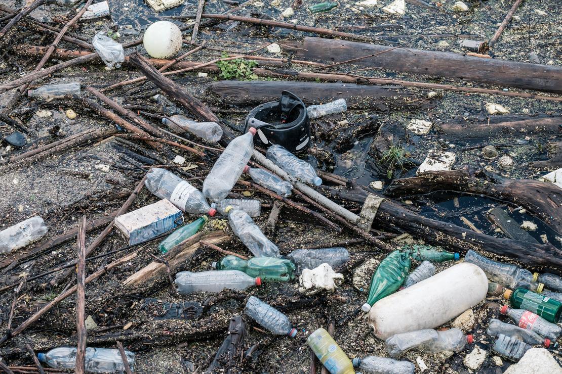 Plast på avveie er et enormt problem! La oss rydde sammen! Illustrasjonsfoto: Samuel Zeller, unsplash.com