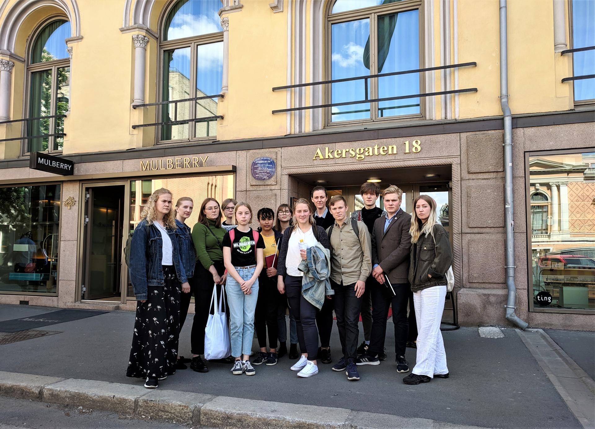 Ungdommer fra mange organisasjoner møtte på høring om klimastreik i Stortinget i dag, vi også! Foto: Emma Gerritsen